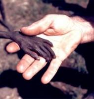 Yıl 1980, Uganda´da açlıktan ölmek üzere olan bir çocuk ve bir misyoner.